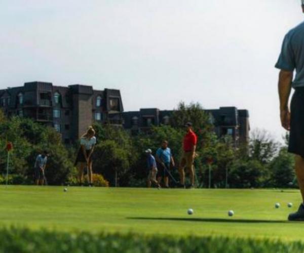 Groupe jouant au golf
